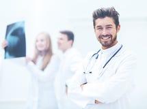 Профессиональный доктор на больнице с пересеченными оружиями Стоковое Изображение
