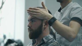 Профессиональный парикмахер расчесывая волосы видеоматериал