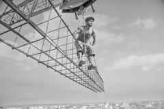 Профессиональный построитель одел в винтажном обмундировании представляя на кресте Стоковые Фотографии RF