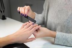 Профессиональный процесс маникюра пилочкой для ногтей Стоковое Изображение