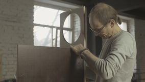Профессиональный плотник соединяет 2 различных деревянных доски на таблице агрегат сток-видео