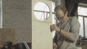 Профессиональный плотник соединяет 2 различных деревянных доски Процесс собрания сток-видео