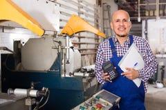 Профессиональный работник в магазине PVC Стоковое Фото