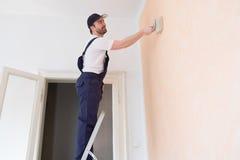 Профессиональный работник художника красит одну стену Стоковое фото RF