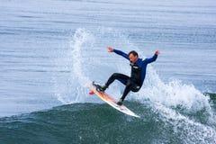 Профессиональный серфер Майк Golder занимаясь серфингом Калифорния Стоковая Фотография RF