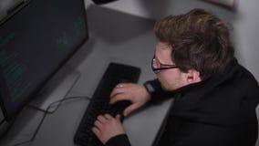 Профессиональный специалист ИТ модернизирует spyware используя мощный компьютер Хакер очень быстрый печатать на клавиатуре создав сток-видео