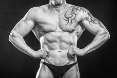 Профессиональный спортсмен на темной предпосылке стоковое фото