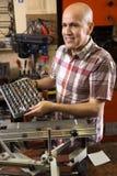 Профессиональный старший работник делая nameboard на системе печатания l стоковые изображения rf