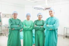 Профессиональный стоять команд хирурга Стоковое Изображение