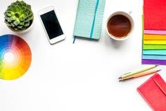Профессиональный творческий стол график-дизайнера на белой насмешке взгляд сверху предпосылки вверх Стоковые Изображения