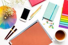 Профессиональный творческий стол график-дизайнера на белом взгляд сверху предпосылки Стоковые Фото