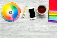 Профессиональный творческий стол график-дизайнера на деревянной насмешке взгляд сверху предпосылки вверх Стоковое Изображение
