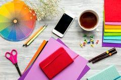 Профессиональный творческий стол график-дизайнера на деревянном взгляд сверху предпосылки Стоковая Фотография