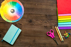 Профессиональный творческий стол график-дизайнера на деревянном модель-макете взгляд сверху предпосылки Стоковое Фото