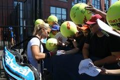 Профессиональный теннисист Dominika Cibulkova автографов знаков Словакии после практики для США раскрывает 2016 стоковые фото