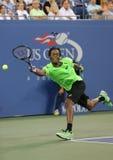 Профессиональный теннисист Gael Monfis во время спички четвертьфинала против чемпиона Роджера Federer грэнд слэм 17 времен Стоковое Изображение