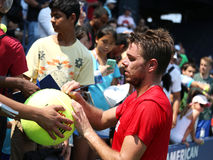 Профессиональный теннисист Stanislas Wawrinka от автографов подписания Швейцарии после практики для США раскрывает 2013 Стоковое Изображение