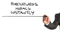 Профессиональный терапевт писать прощение излечивает немедленно говорит стоковое изображение rf
