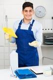Профессиональный уборщик готов очистить шкаф стоковые изображения