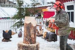 Профессиональный финский скульптор с цепной пилой Стоковые Изображения RF