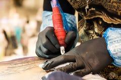 Профессиональный художник татуировки делает татуировку Стоковая Фотография RF