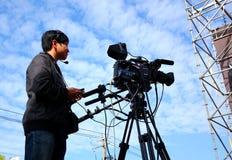 Профессиональный человек камеры снимает представление этапа Стоковое Изображение