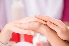 Профессиональный manicurist делая маникюр Стоковое Изображение