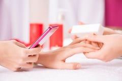 Профессиональный manicurist делая маникюр Стоковые Фотографии RF