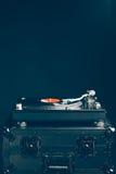 Профессиональный turntable dj на случае полета, темной предпосылке Стоковое фото RF
