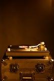 Профессиональный turntable dj на случае полета, темной предпосылке Стоковая Фотография