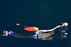 Профессиональный turntable dj с освещением, темной предпосылкой Стоковое Изображение