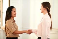 2 профессиональных женщины давая руки приветствуя стоковая фотография rf