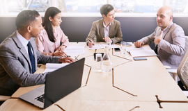 4 профессиональных исполнительной власти проводя деловую встречу раннего утра Стоковые Фото