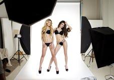 2 профессиональных модели представляя в профессионале студии моделируют Стоковое Изображение RF