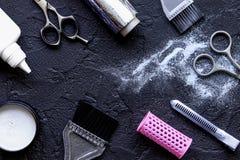 Профессия парикмахера отборная цвета волос на темной предпосылке Стоковые Изображения