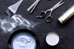 Профессия парикмахера отборная цвета волос на темной предпосылке Стоковые Фото