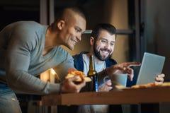 Профилируйте фото усмехаясь человека та держа пицца Стоковое Изображение
