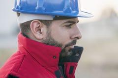 Профиль портрета рабочий-строителя близкий поднимающий вверх Стоковое фото RF