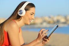 Профиль средств массовой информации планшета просматривать женщины онлайн стоковое изображение rf