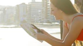 Профиль туристских проверяя телефона и карты сток-видео