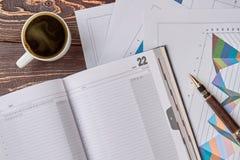 Профинансируйте блокнот, ручку и чашку кофе, плоское положение Стоковое Изображение