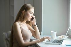 Профилируйте портрет молодой женщины, говоря на телефоне Стоковые Фотографии RF