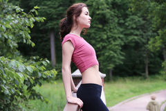 Профилируйте портрет счастливой молодой sporty женщины ослабляя в парке Стоковое Фото