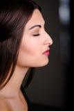 Профилируйте съемку красивой молодой модели с подбородком вверх Стоковая Фотография