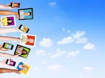 Профили многонациональных людей в электронных устройствах Стоковое Фото