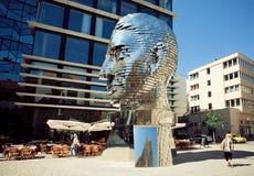 Профиль гигантской головы, поблескивая на солнце, памятник скульптором Дэвидом Cerny Стоковое фото RF