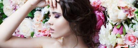 Профиль красивой девушки моды, помадки, чувственной Красивый состав и грязный романтичный стиль причёсок знамя предпосылки цветет Стоковое Изображение RF