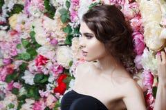 Профиль красивой девушки моды, помадки, чувственной Красивый состав и грязный романтичный стиль причёсок знамя предпосылки цветет Стоковая Фотография RF