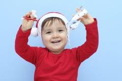 Профиль маленького ребенка одетого как Санта Клаус с орнаментами рождества стоковая фотография rf