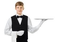 Профиль молодого красивого кельнера держа пустой поднос с sp экземпляра Стоковая Фотография RF
